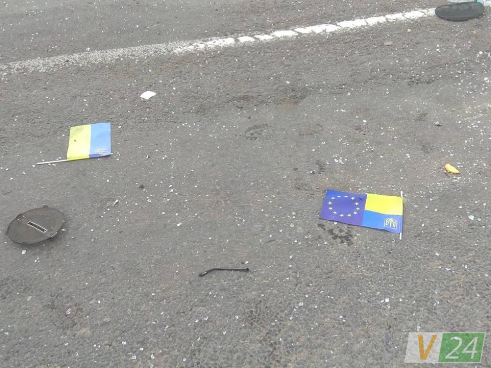 На місці інциденту лежать прапорці з машини