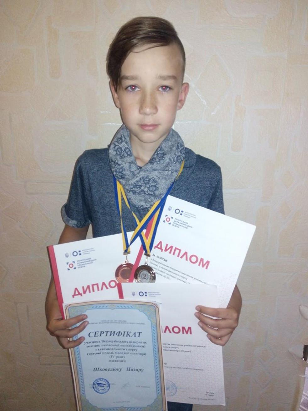 Хлопчик з грамотами й медалями