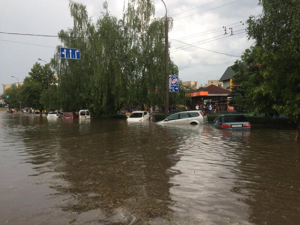 Машини нещадно залило водою