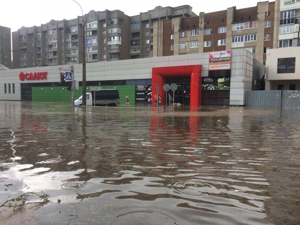 Вода затікає у супермаркет