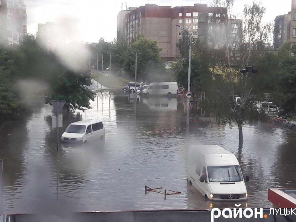 Вода заливає автівки