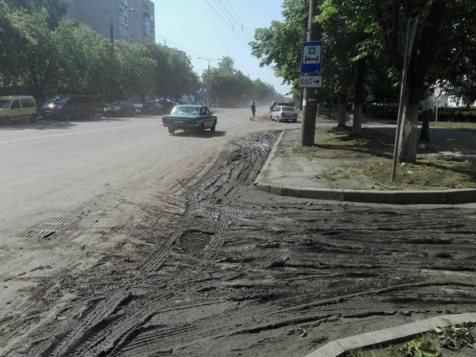 На дорозі багато бруду і пилюки