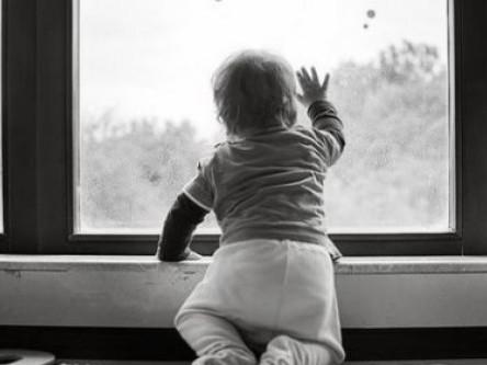 Дитина, яка випала з вікна, потрапила до реанімації