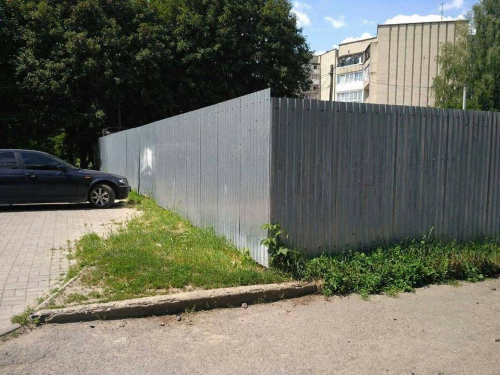 Паркан обмежує доступ до зеленої зони