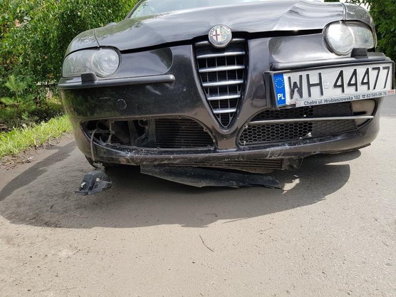 Машина збила знак і врізалася в дерево