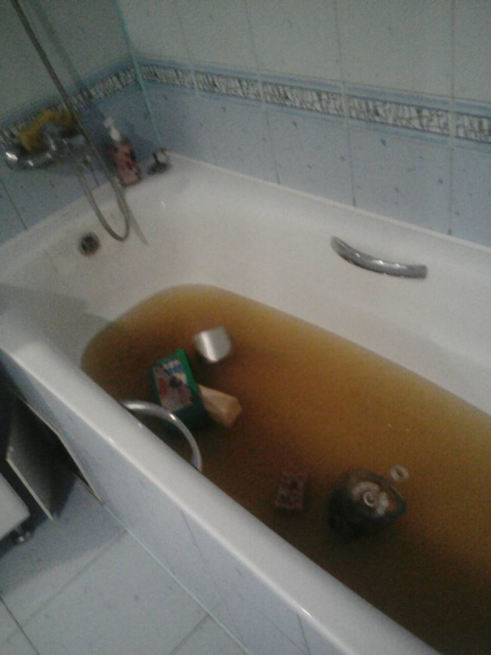 Ванна заповнена брудною водою
