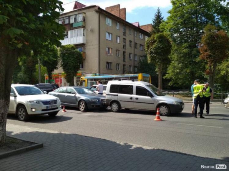 У Луцьку на Перемoги зіткнулися автівки: рух ускладнений