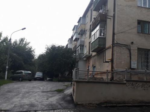 Будинок, з якого впав чоловік