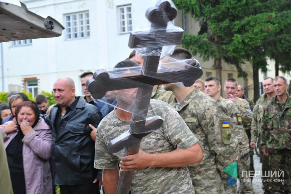 Тіло героя зустріли на головній площі міста