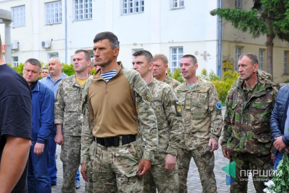 На похороні присутні військові побратими загиблого