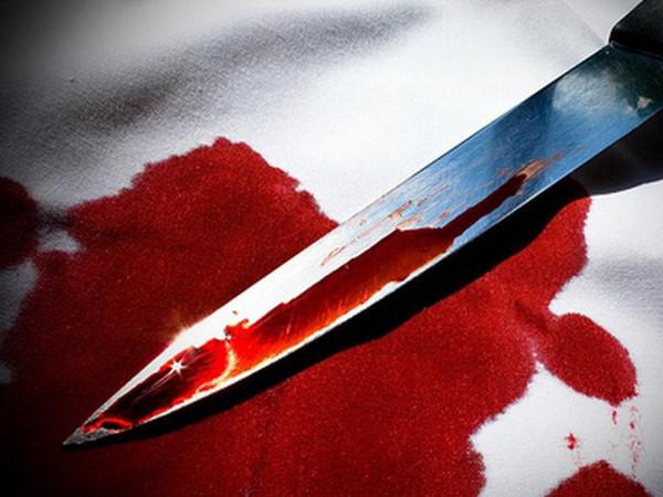 Чоловік встромив собі ножа у груди