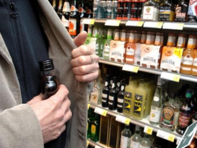 Чоловік вкрав пляшку