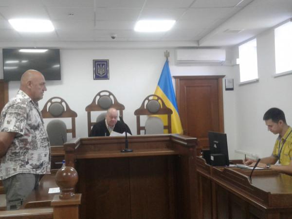 Обвинувачуваний відповідає на запитання судді