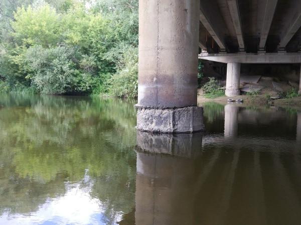 На фото видно, як підпора мосту трохи «з'їхала»