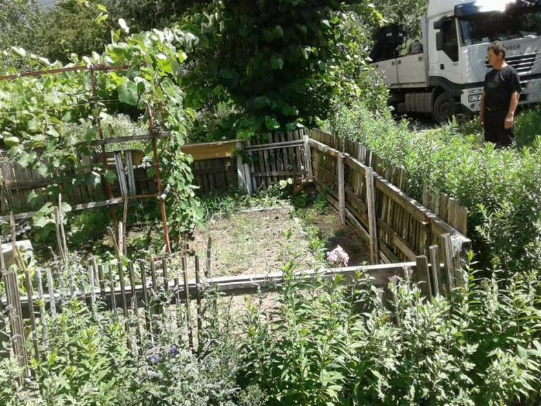 Муніципал дивиться на паркан, як на проблему