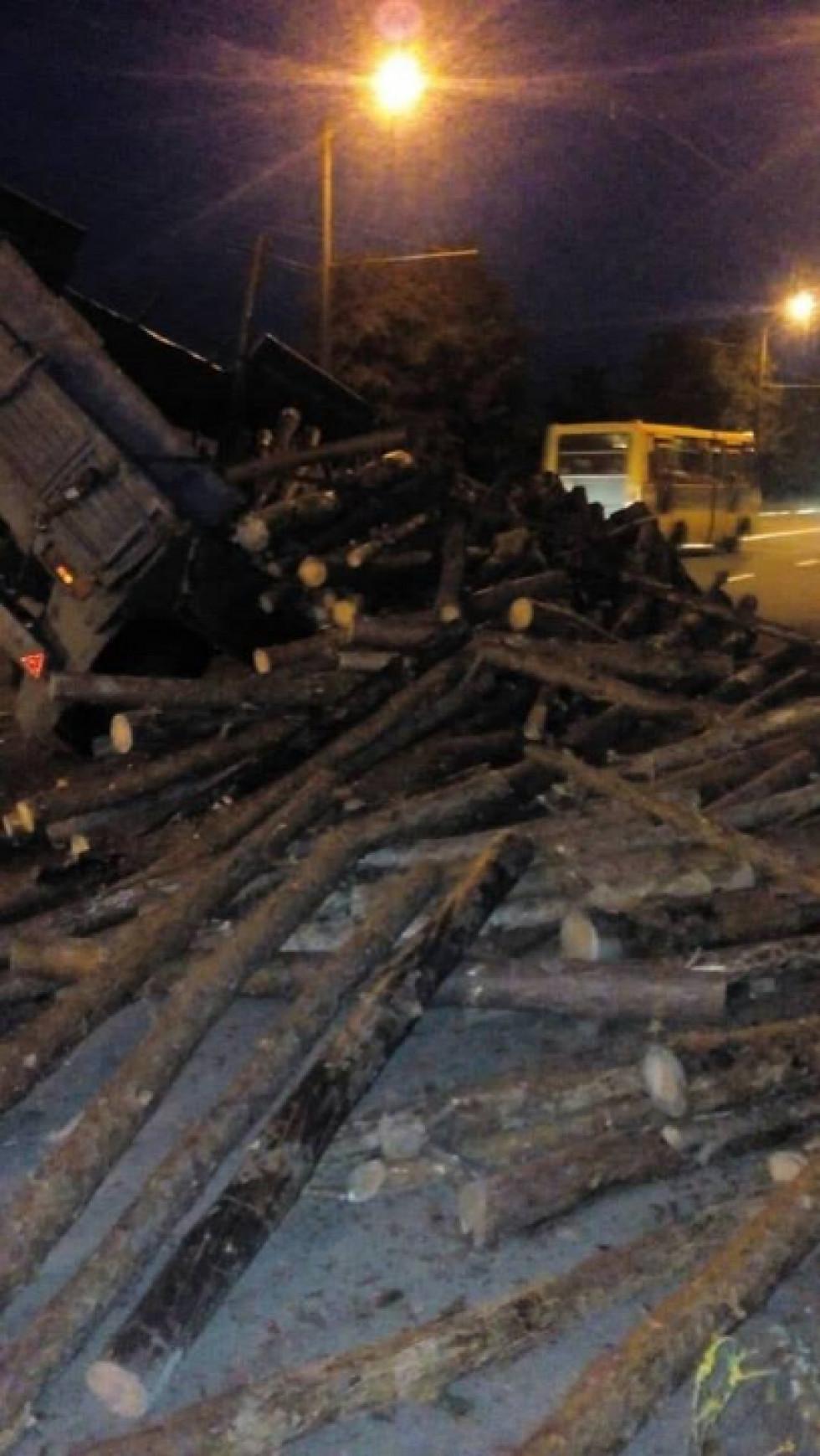 У вантажівки заклинили задні колодки