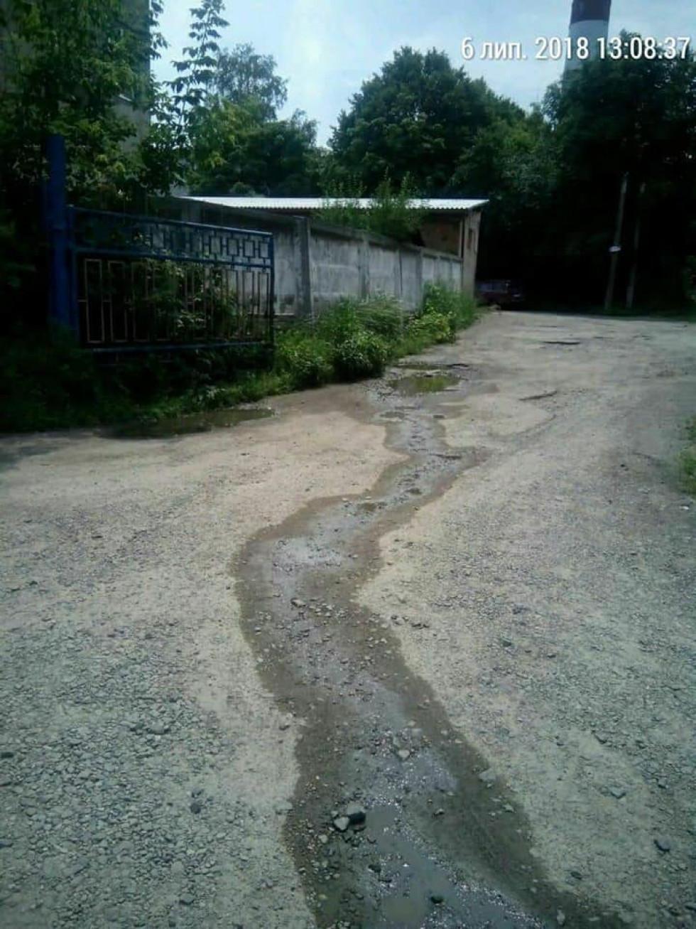 Нечистоти з вигрібної ями потекли вулицею