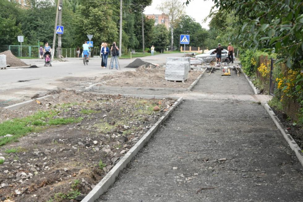 У мікрорайоні Вересневе облаштовують тротуари