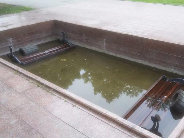 Хтось повкидав лавки та смітники  у фонтан