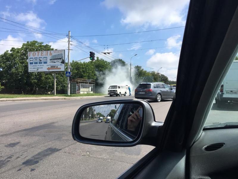 На Рівненській загорілася машина