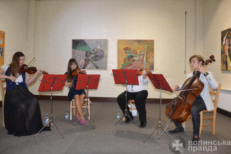 Виступ музикантів під час відкриття виставки