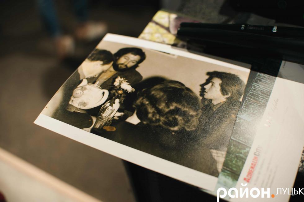 Експозицію відразу ж поповнив ще один експонат – світлина Кумановського у колі друзів