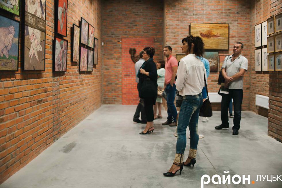 Гості оглядають картини видатного митця