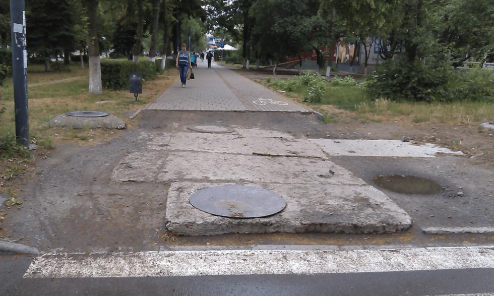 Одна з недороблених ділянок тротуару