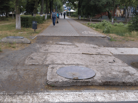 Тротуар на проспекті Соборності