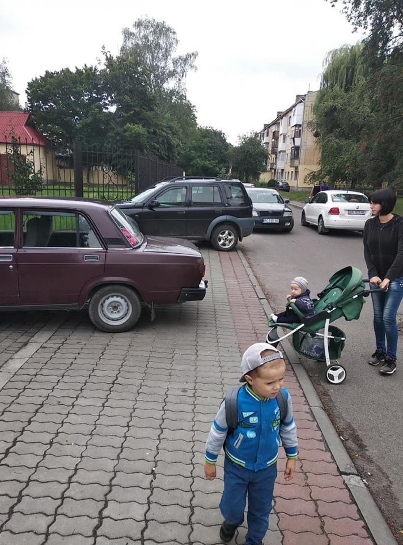 На тротуарі чимало неправильно припаркованих автівок