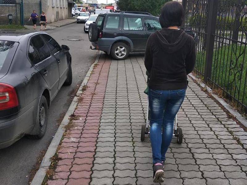Водії паркуються прямо на тротуарах