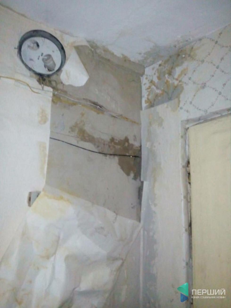 Від води на стінах відклеюються шпалери