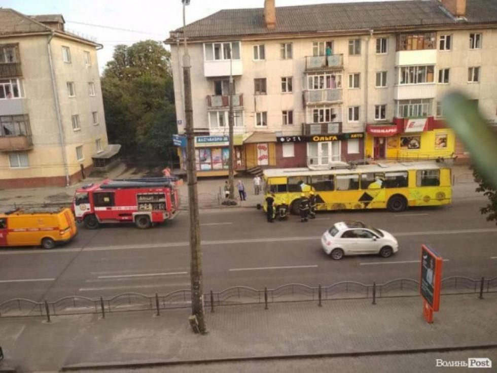 Тролейбус загорівся перед виїздом на міст