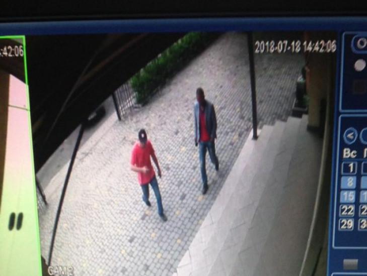 Чоловіків зафіксувала камера спостереження
