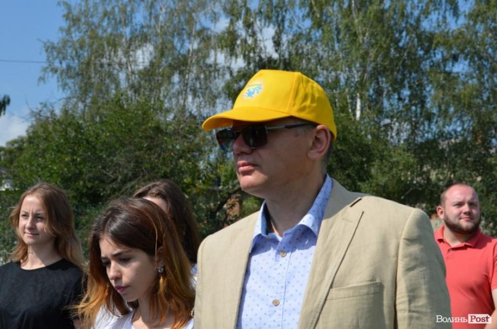 Олена Твердохліб подарувала Ігорю Жданову кепку з фірмовим символом стадіону