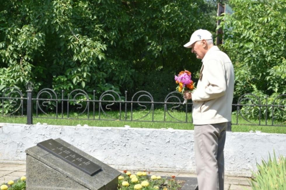 Чоловік приніс квіту на могилу солдата
