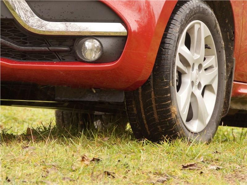 Водії паркуються на траві