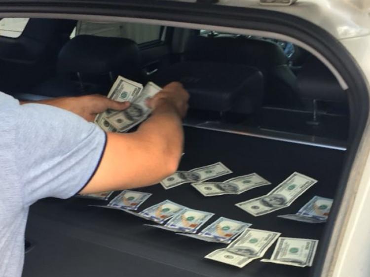Чиновник отримав хабар розмром чотири тисячі доларів США