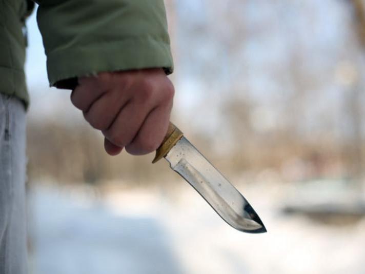 Чоловік кинув ножем у дружину