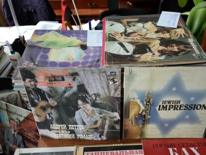 Лучанин подарував Волинському краєзнавчого музею320 грамплатівок