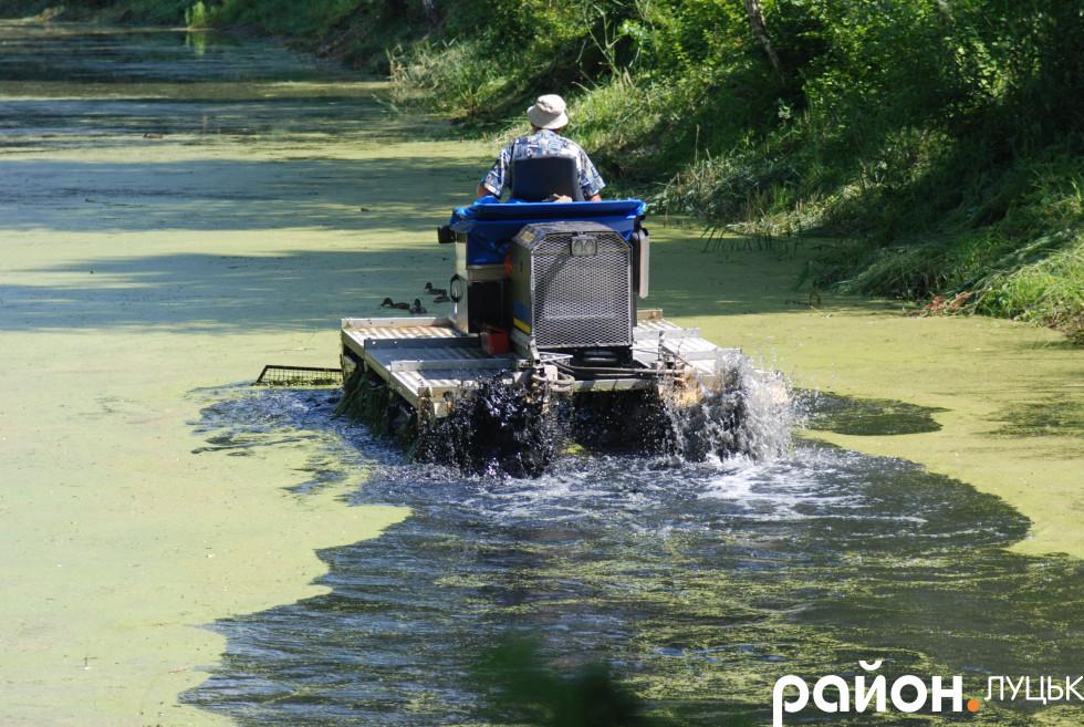 Траксор розчищає канал в луцькому парку