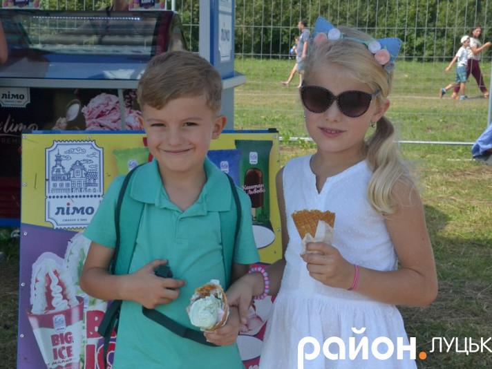 Діти рятуються від спеки морозивом