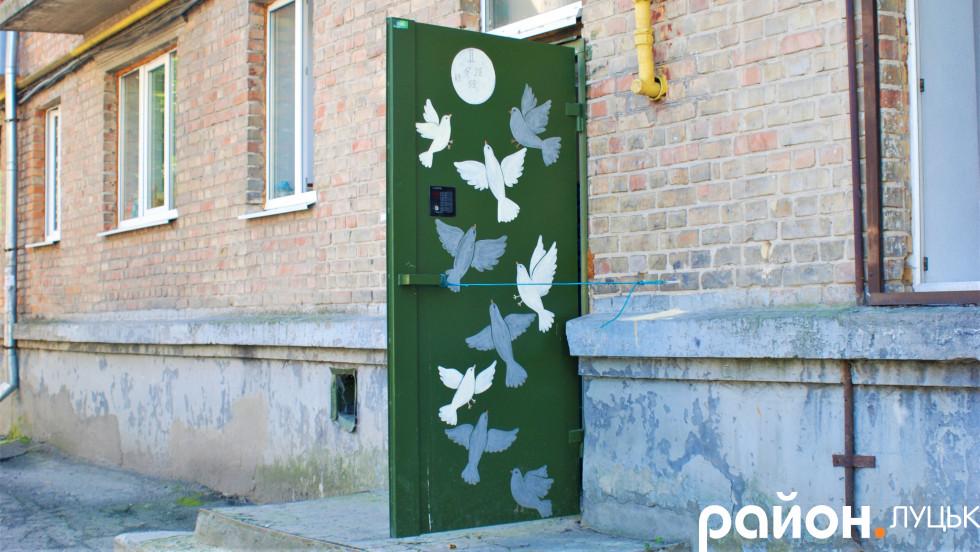 Картини на дверях луцького двору