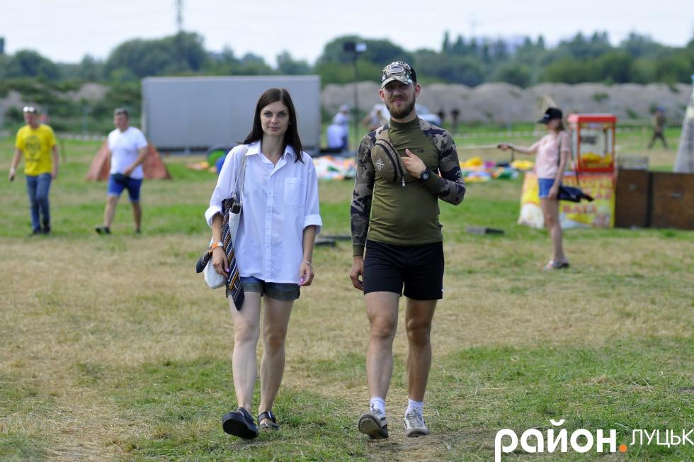 Волонтер Ольга Валянік та атовець Олексій Кушнєр