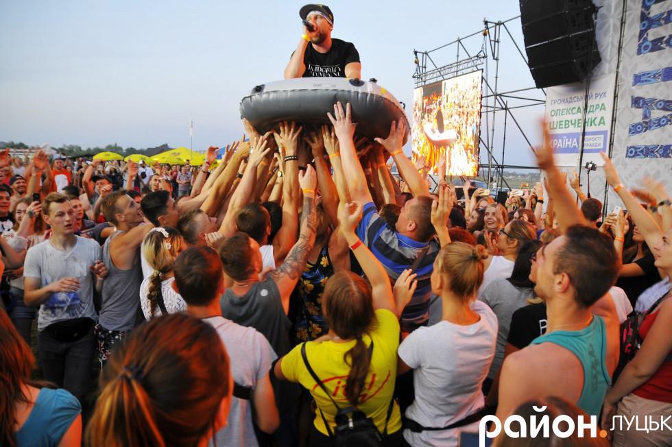 лідер гурту Роллікс Дмитро Ігнатов пливе на човні