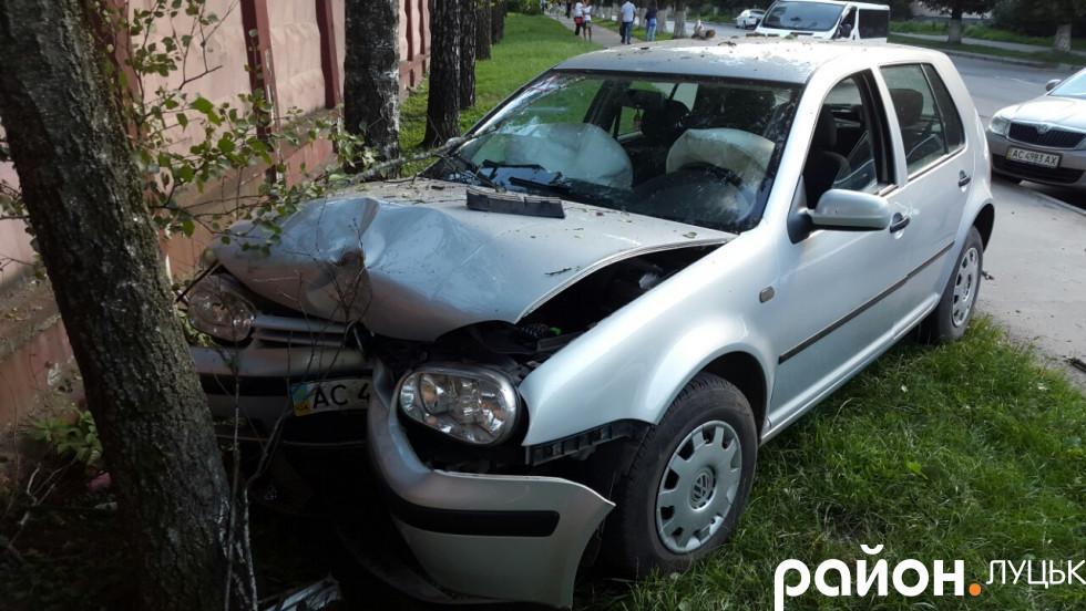 Жінка розбила машину, щоб не збити дитину
