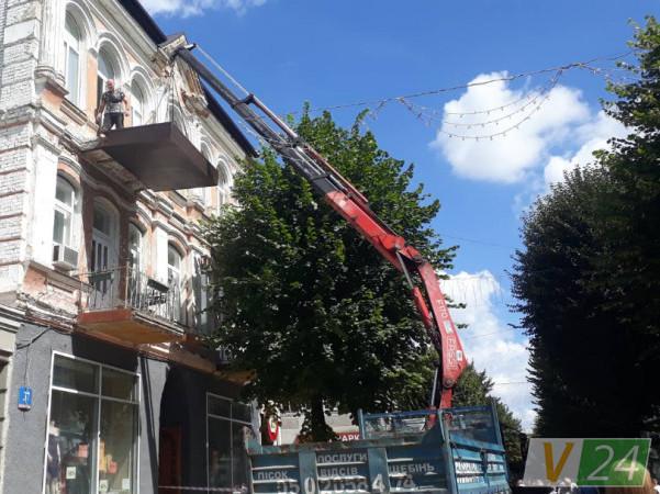 Ремонт аварійного балкону на вулиці Лесі Українки, 37