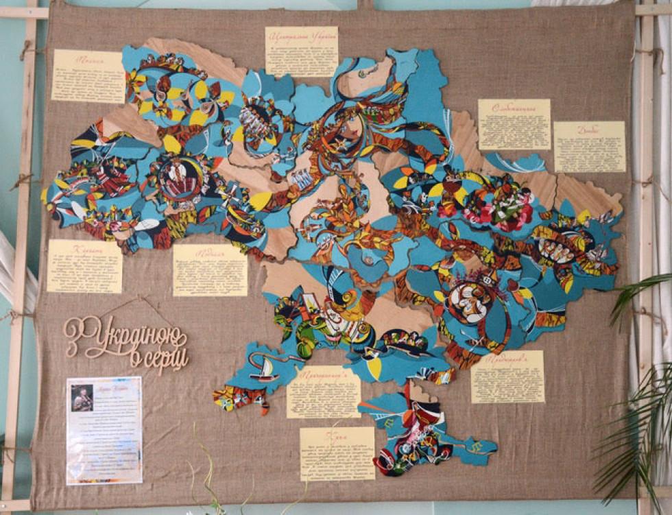Карта складається з дев'яти пазлів
