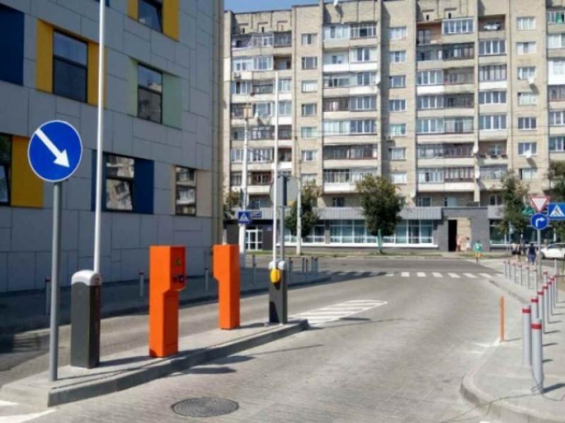 Парковка біля «Променя»