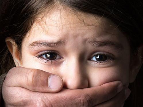 Літній чоловік розбещував дівчинку